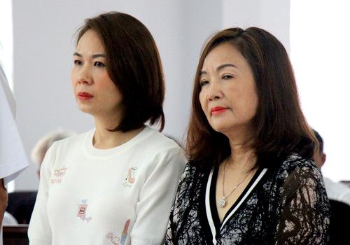 Bị cáo Ngô Thị Minh Phượng (bên phải). Ảnh: Nguyễn Khoa