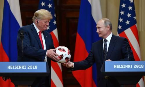 Putin trao quả bóng của World Cup 2018 cho Trump trong buổi họp báo ở Helsinki, Phần Lan, ngày 16/7. Ảnh: AFP.
