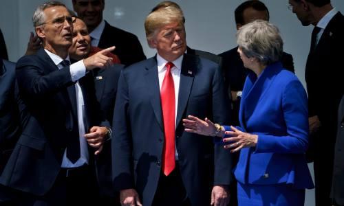 Tổng thư ký NATO Stoltenberg (trái), Tổng thống Mỹ Donald Trump (giữa) và Thủ tướng Anh Theresa May trò chuyện trước khi chụp ảnh ở Brussels, Bỉ, ngày 11/7. Ảnh: AFP.