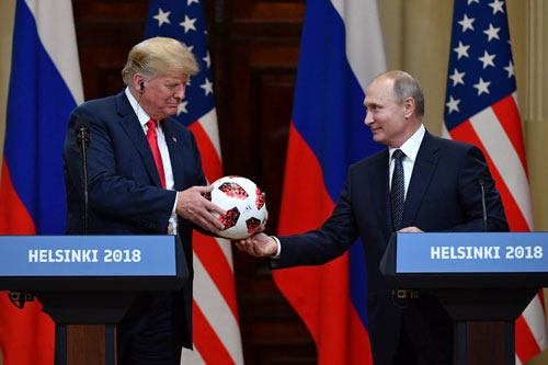 Putin (phải) tặng quả bóng World Cup cho Trump tại họp báo chung sau hội nghị thượng đỉnh. Ảnh: AFP.
