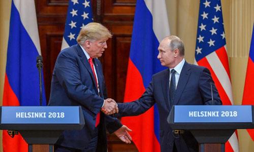 Trump (trái) bắt tay cùng Putin tại họp báo chung sau hội nghị thượng đỉnh ở Helsinki. Ảnh: AFP.