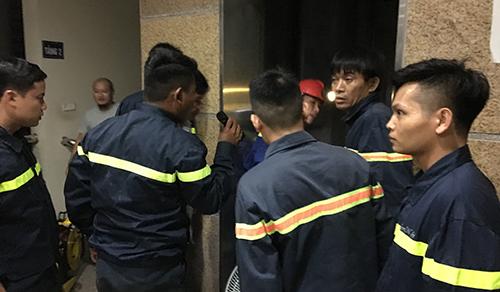 Lực lượng cứu hộ mất 10 phút để giải cứu người bị nạn. Ảnh: Lam Sơn.