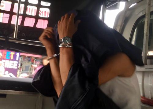 Một thanh niên bị cảnh sát đưa đi. Ảnh: Sơn Hòa