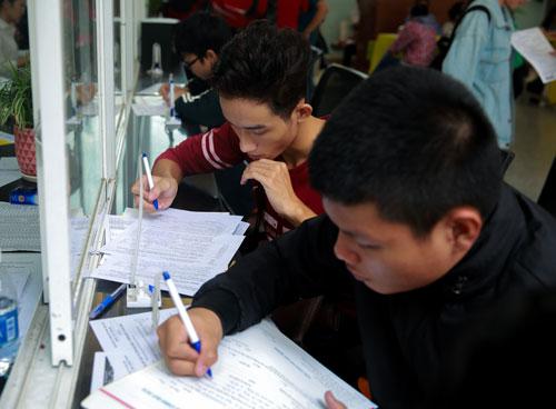 Thí sinh làm thủ tục đăng ký xét tuyển vào Đại học Công nghệ TP HCM. Ảnh: Nguyễn Phương.