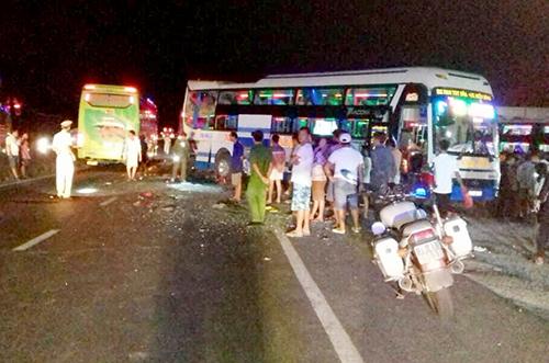 Tai nạn giữa ba ô tô khách, khiến hai người tử vong.
