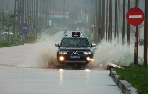 Mưa lớn nhiều ngày qua khiến nhiều tuyến đường, cánh đồng ở Thanh Hoá ngập sâu. Ảnh: Lê Hoàng.