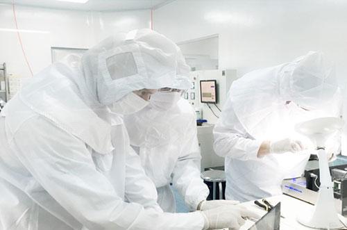 Các chuyên gia nước ngoài chuyển giao công nghệ sản xuất stent tại nhà máy usm healthcare