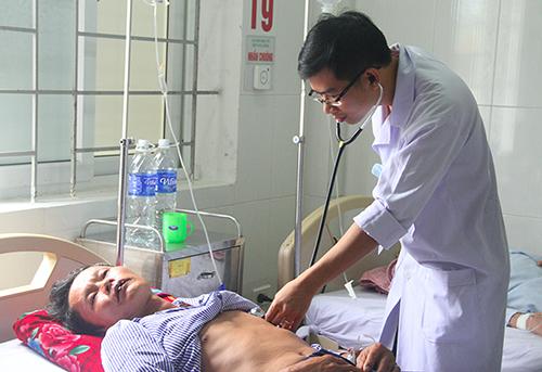 Bác sĩ thăm khám cho bệnh nhân Dũng. Ảnh: Đức Hùng