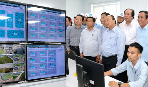Thủ tướng kiểm tra phòng điều hành quản lý sinh trắc học và xử lý hồ nước thải tại khu công nghiệp Formosa. Ảnh: VGP.