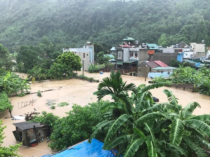 Mưa lớn khiến quốc lộ, nhà dân ở Quảng Ninh chìm trong biển nước