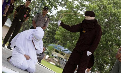 Người phụ nữ Indonesia bị đánh công khai vì quan hệ trước hôn nhân -