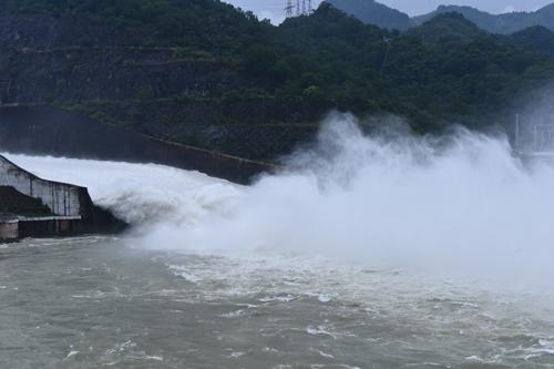 Hồ Hoà Bình sẽ mở bốn cửa xả để đảm bảo quy trình vận hành an toàn. Ảnh: Giang Huy.