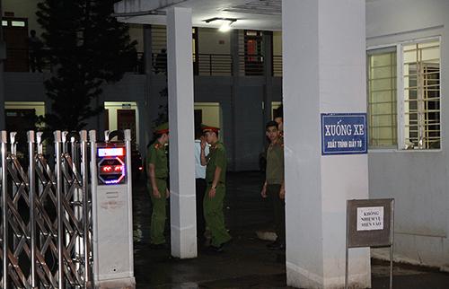 Trụ sở Sở Giáo dục và Đào tạo tỉnh Sơn La sáng đèn đến 2h ngày20/7, có công an bảo vệ nghiêm ngặt. Ảnh:Minh Anh.