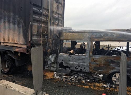 Xe khách cháy trơ khung sau tai nạn. Ảnh: Vân Quỳnh.