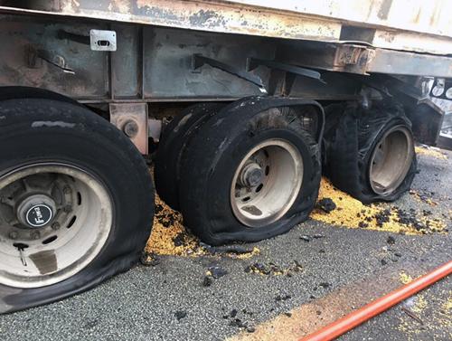 Xe container bị cháy phần lốp sau. Ảnh: VEC E.
