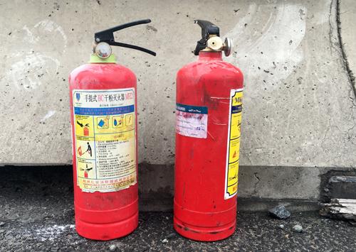 Hai bình cứu hỏa mini tài xế xin được để dập lửa. Ảnh: Sơn Hòa
