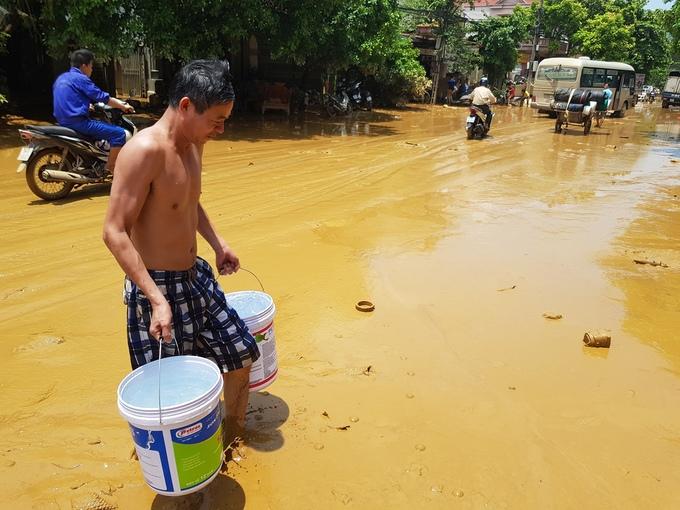 Nước lũ rút, hàng nghìn ngôi nhà ở Phú Thọ vẫn ngập trong bùn