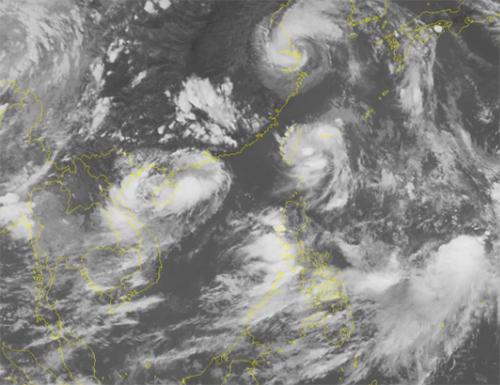 Ảnh vệ tinh cho thấy dải hội tụ nhiệt đới hoạt động mạnh với nhiều xoáy thấp. Ảnh:NCHMF.