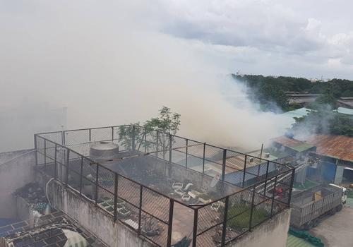 Khói lửa bốc lên nghi ngút tại hiện trường. Ảnh:Sơn Hòa