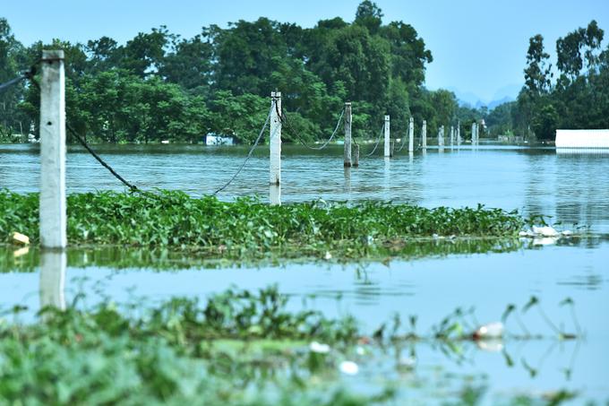 Nước ngập lút mái nhà ở ngoại thành Hà Nội