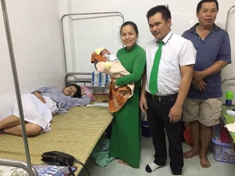 Tài xế Chính cùng với sản phụ Ngọc tại bệnh viện. Ảnh: Linh Mai