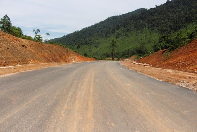 Công trường cao tốc xuyên vườn quốc gia Bạch Mã