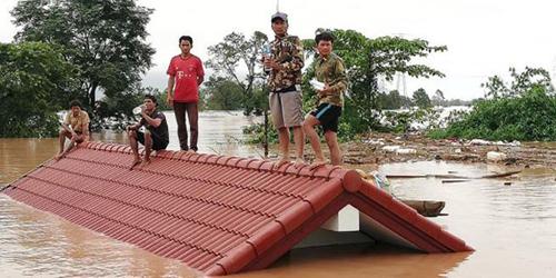 Người dân trèo lên nóc nhà chờ lực lượng cứu hộ sau khi đập thủy điện vỡ gây lũ lớn ởhuyệnSanamxay, tỉnhAttapeu, đông nam Lào. Ảnh:Attapeu Today