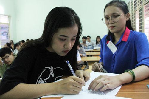 Thí sinh làm thủ tục dự thi THPT quốc gia 2018. Ảnh: Mạnh Tùng.
