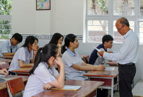 Giám thị làm thủ tục trước giờ thi Toán kỳ thi THPT quốc gia tại TP HCM. Ảnh: Quỳnh Trần.