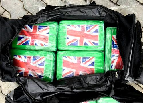 Cocain được chứa trong các túi nằm lẫn trong phế liệu. Ảnh: Trường Hà