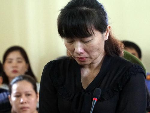 Bà Linh trả lời tòa về lý lịch. Ảnh: Vũ Đoan.