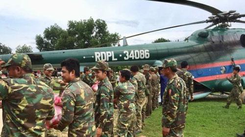 Lực lượng cứu hộ vận chuyển lương thực lên trực thăng để đưa đến tỉnhAttapeu hôm 24/7. Ảnh: BBC.