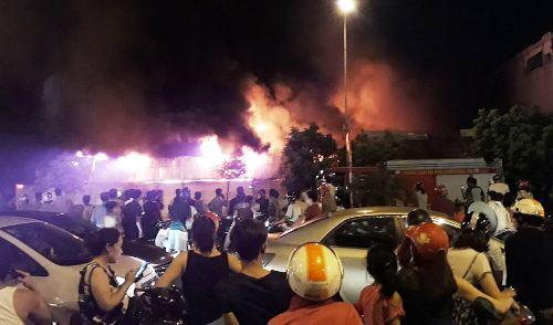 Nhà máy nhựa Hưng Yên bốc cháy nghi ngút, sau cháy lan sang chợ Gạo tại phường An Tảo, thành phố Hưng Yên vào tối 25/7. Ảnh: Facebook