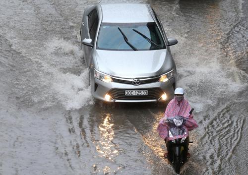 Mưa to khiến nhiều khu vực trũng thấp ở Hà Nội có thể bị ngập. Ảnh: Gia Chính.