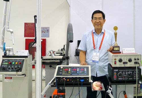 KS Lê Huy Tuấn giới thiệu các thiết bị tại Triển lãm thiết bị y tế tại Đà Nẵng tháng 7/2018. Ảnh: HT.