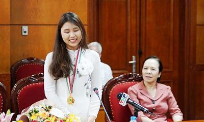 Ngày 24/7, nữ sinh Trần Thị Minh Anh giành huy chương vàng Olympic Sinh học quốc tế nhận 500 triệu đồng do thành phố Hải Phòng trao tặng. Ảnh: Thu Trang.