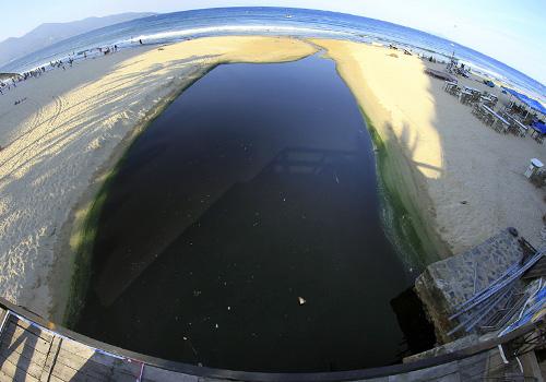 Cửa xả Mỹ An (quận Ngũ Hành Sơn) thường xuyên xảy ra tình trạng nước thải tràn ra biển. Ảnh: Nguyễn Đông.