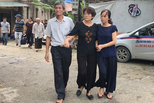 Mẹ anh Khuất Mạnh Trí (giữa) được người nhà dìu lên xe để vào Nghệ An làm lễ truy điệu cho con. Ảnh: Phạm Dự