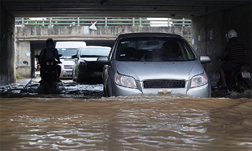 Đoạn hầm dân sinh ở cao tốc Láng - Hòa Lạc (Hà Nội) ngập sâu hôm 23/7. Ảnh: Ngọc Thành.