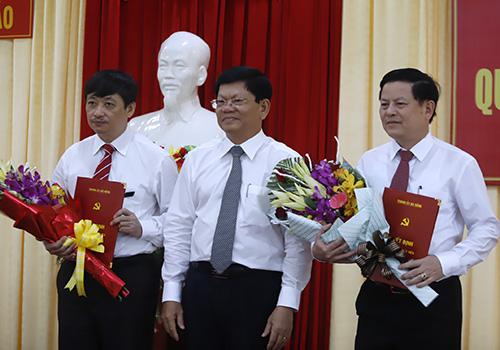 Ông Võ Công Trí trao quyết định chô ông Đặng Việt Dũng (bìa trái) và ông Trần Đình Hồng (bìa phải). Ảnh: Nguyễn Đông.