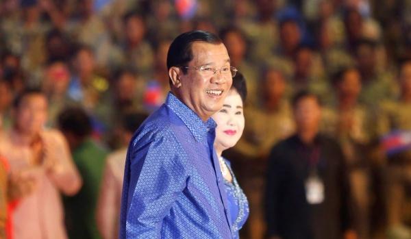 Thủ tướng Campuchia Hun Sen cùng phu nhân. Ảnh: Reuters.