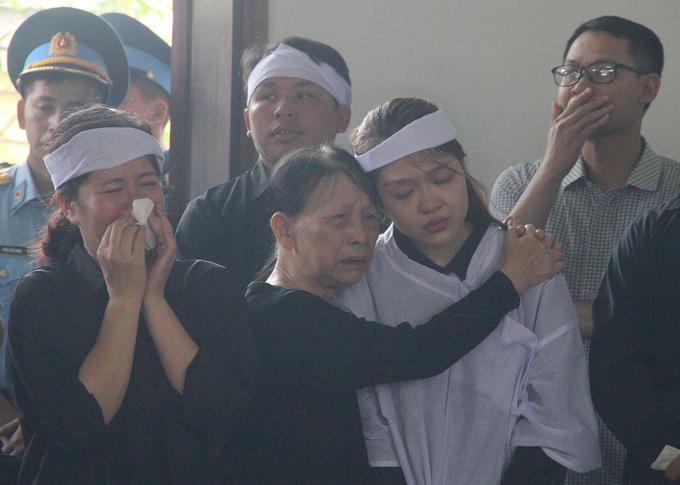 Đồng đội, người dân tiễn đưa hai phi công về quê mẹ