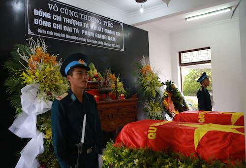 Linh cữu của hai phi công được đặt trong Nhà tang lễ. Ảnh: Văn Hải