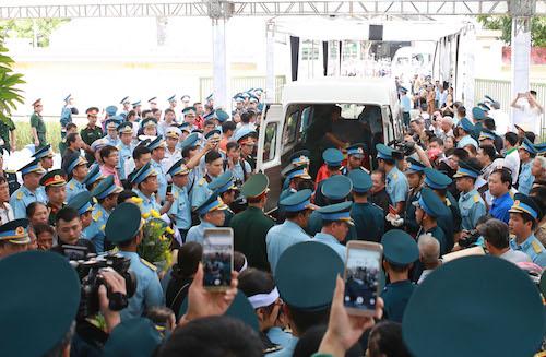 Đồng đội tiễn đưa hai liệt sĩ về đất mẹ. Ảnh: Văn Hải