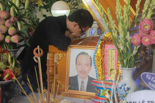 Con trai Thanh Hoang tu My ve nuoc chiu tang cha