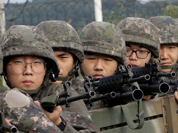 Thanh niên Hàn Quốc tham gia nghĩa vụ quân sự bắt buộc. Ảnh: