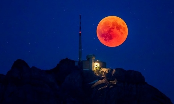 Mặt Trăng màu đỏ phía sau ngọn núi Saentis, bang Appenzell Innerrhoden, Thụy Sĩ.