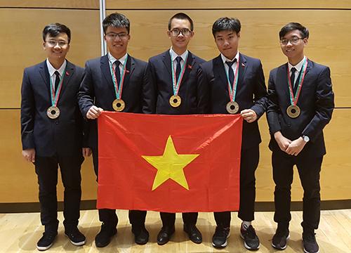 Việt Nam giành hai huy chương vàng Olympic Vật lý quốc tế năm 2018