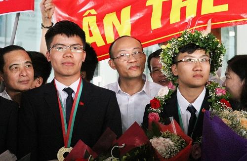Nguyễn Ngọc Long (trái) chưa xác định trường và ngành học sắp tới. Ảnh: Thùy Linh