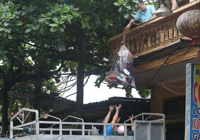 Người dân di dời tài sản trước nguy cơ đổ xuống sông Đà